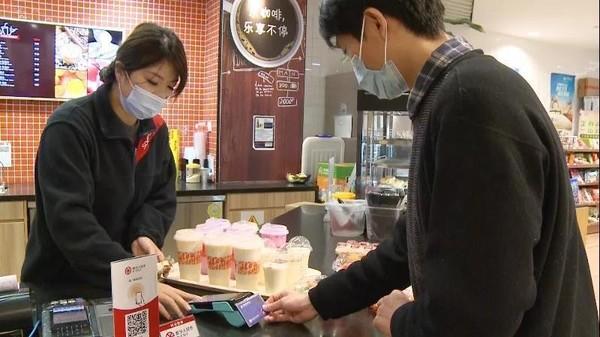 """上海试点使用数字人民币 不用手机 靠""""硬钱包""""来支付"""